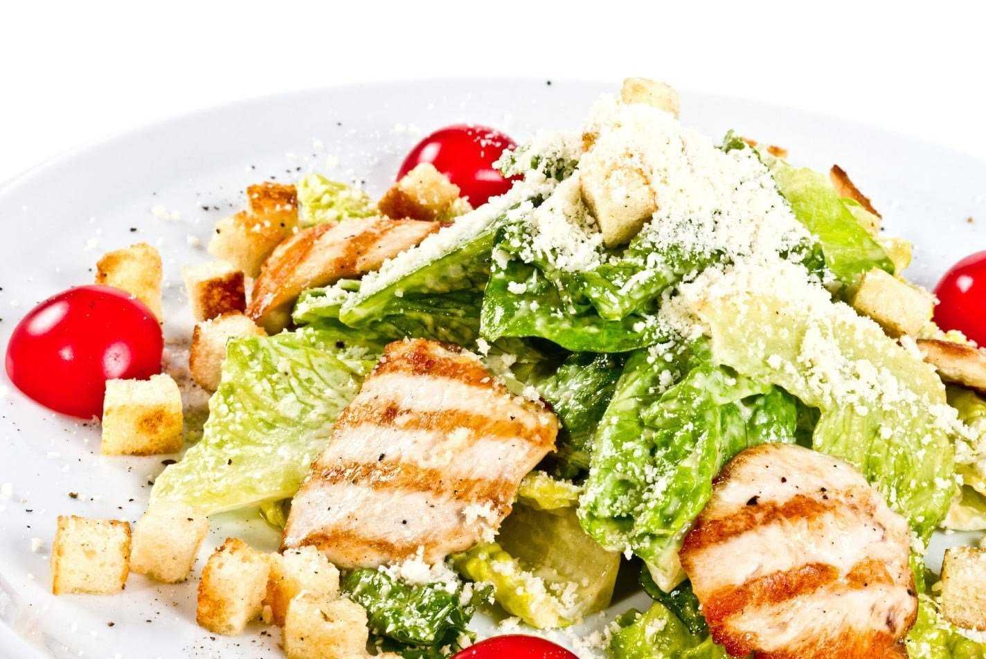 """Салат """"цезарь"""" с курицей, сухариками и помидорами"""