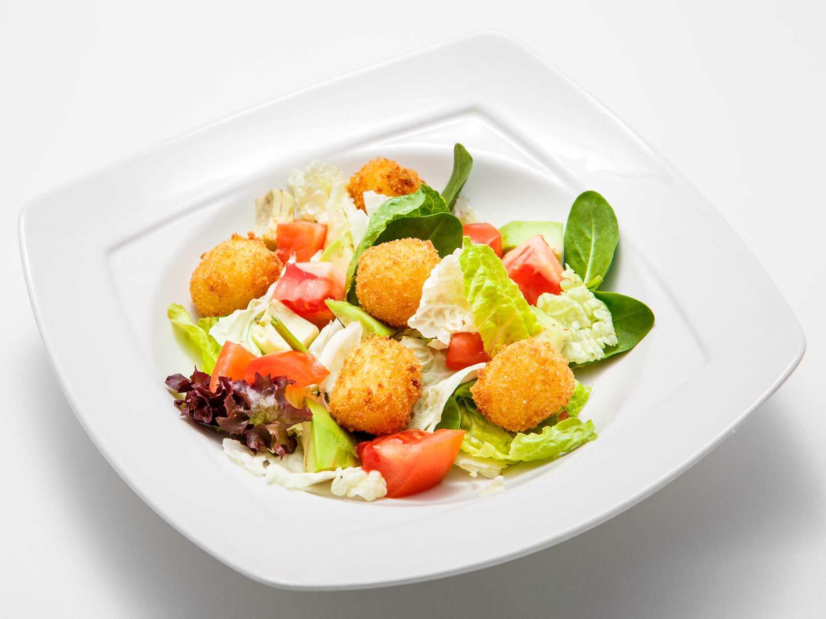 Рецепт салата с адыгейским сыром, помидорами, крабовыми палочками и другими ингредиентами