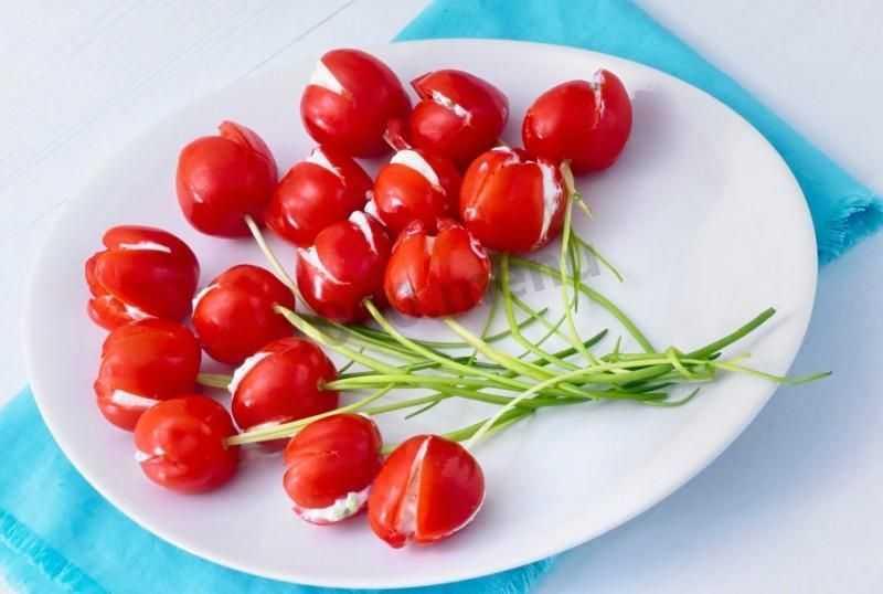 Салат из ржаного хлеба с помидорами