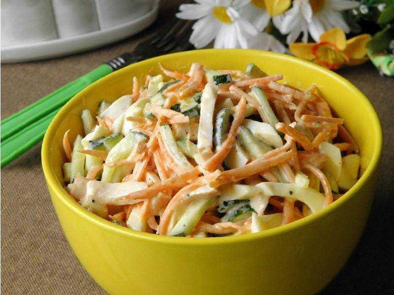 Салат из красной капусты, лука, моркови, перца и майонеза