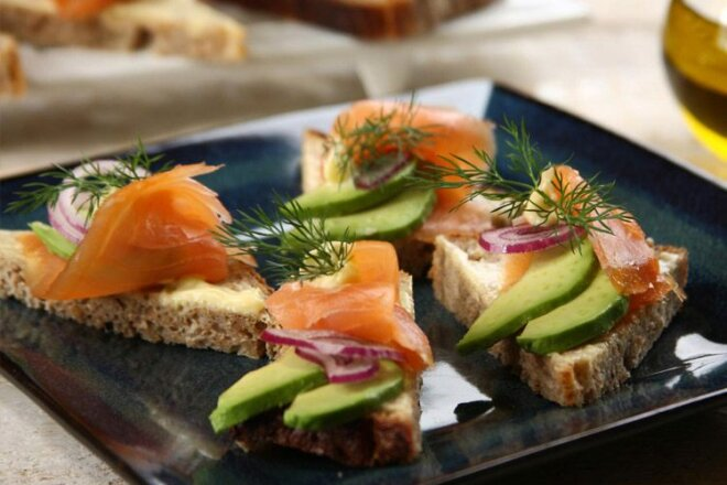 10 аппетитных бутербродов с красной рыбой, которые исчезнут со стола первыми
