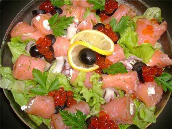 Салат морская звезда курица, крабовые палочки, овощи, майонез.
