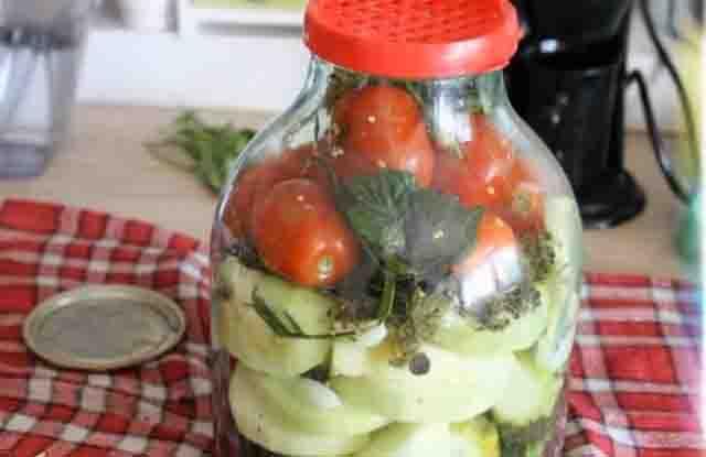 Ассорти из огурцов и помидоров на зиму с кабачками, капустой, перцем: самый вкусный рецепт без стерилизации. ассорти помидоры и огурцы без уксуса