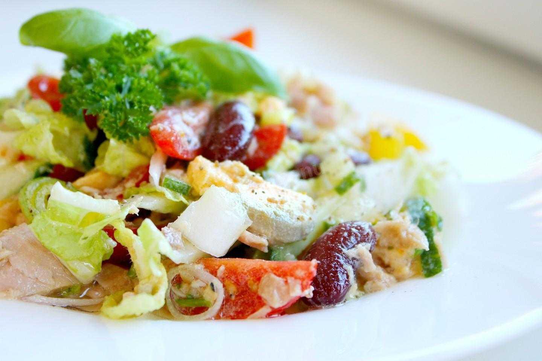 Салат с тунцом и пекинской капустой (с кукурузой, яйцом, помидорами)