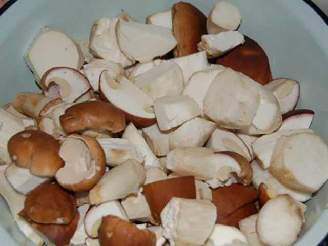 Рецепт маринованных хрустящих груздей на зиму: с чесноком, специями и пряностями. Подготовка грибов. Маринование в банках. Правила хранения.
