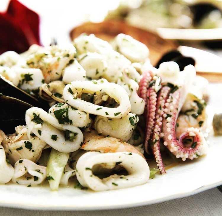 Салат морской бриз кальмары, креветки, перец, пармезан рецепт с фото пошагово - 1000.menu