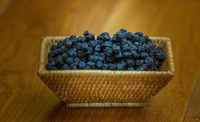 Как правильно приготовить изюм и цукаты из черноплодки в домашних условиях: выбор и подготовка ягод, правила и секреты заготовки, условия хранения.