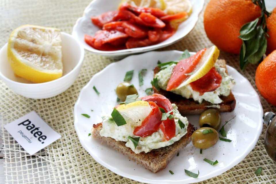 Бутерброды с творожным сыром: пошаговые рецепты с красной рыбой, авокадо, огурцом и помидорами