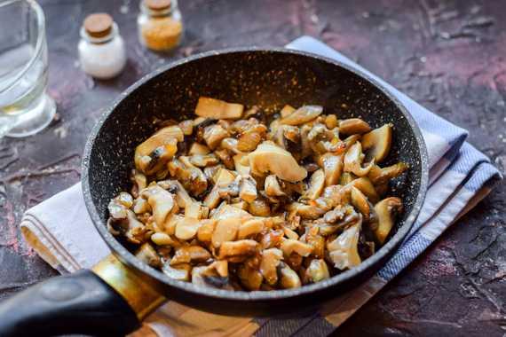 Как приготовить шампиньоны на сковороде с соевым соусом, сливками и сыром?