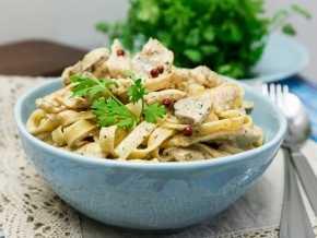 Фетучини с курицей и шампиньонами в соусе рецепт с фото пошагово - 1000.menu