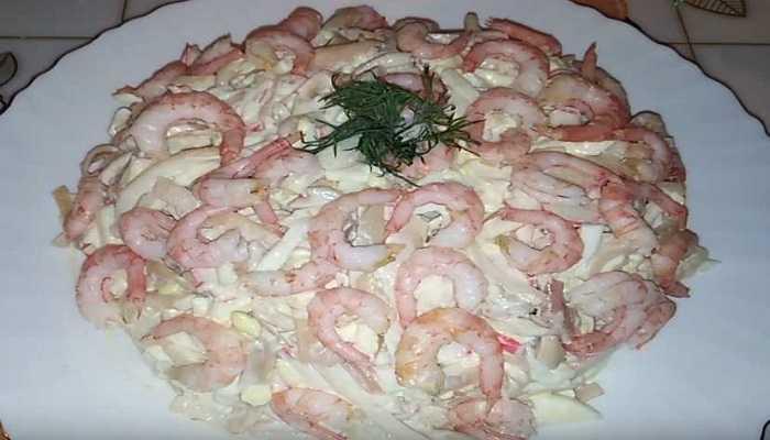 Салат кальмары креветки яйца рецепт с фото пошагово - 1000.menu