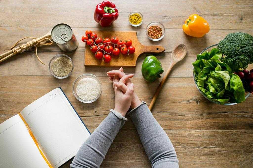 Как приготовить салат с печенью минтая - простые рецепты с фото