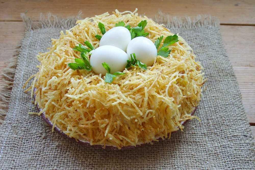 Салат гнездо глухаря с маринованными огурцами