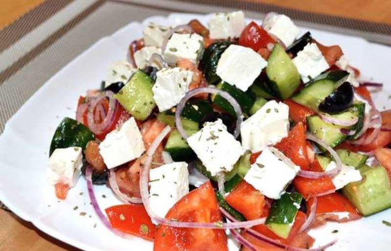 Салат с брынзой, помидорами, болгарским перцем и огурцами - 7 пошаговых фото в рецепте