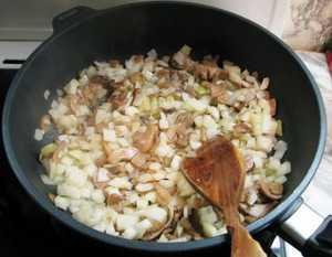 Cколько надо минут жарить грибы на сковородке