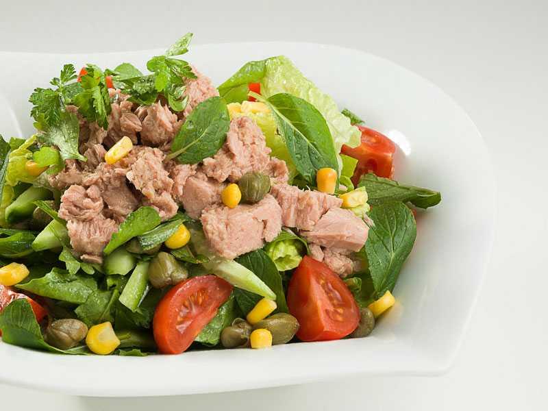Салат с тунцом, кукурузой и яйцом: 5 способов готовки