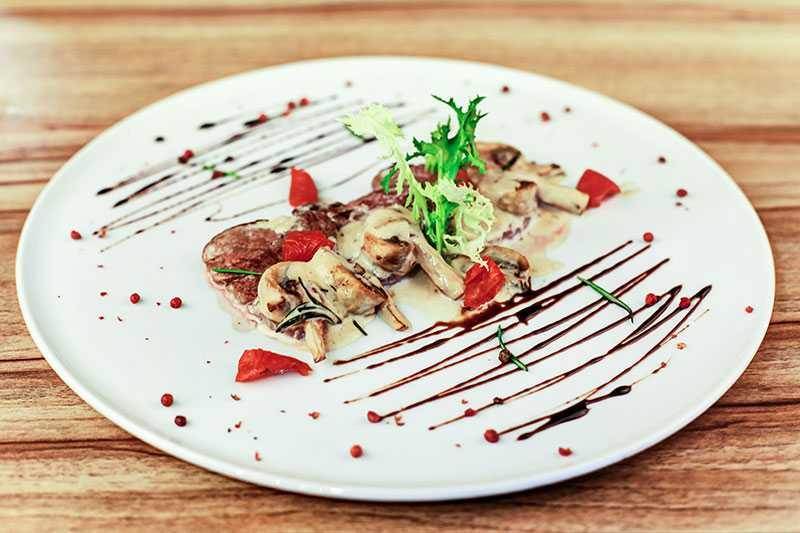 Салат с вялеными помидорами - рецепты с курицей, рукколой, моцареллой и креветками
