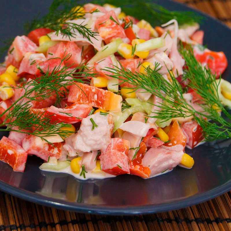 Салат петух с копченой курицей, помидорами и сыром