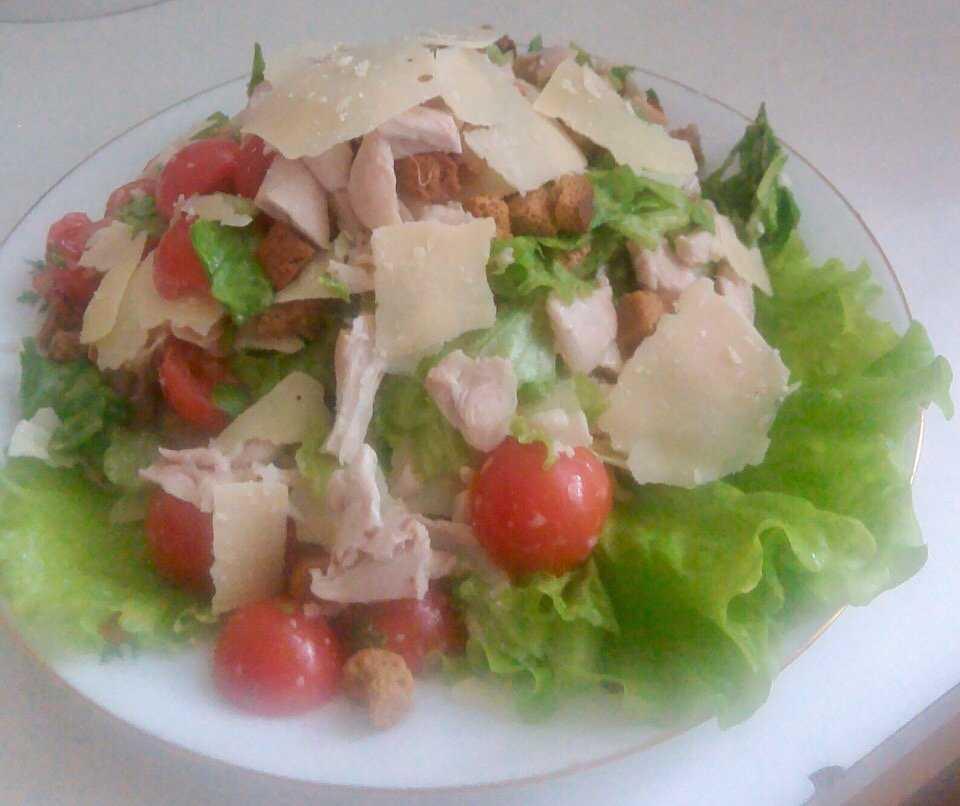 """Салат """"цезарь"""" с курицей: калорийность и бжу всех способов приготовления"""