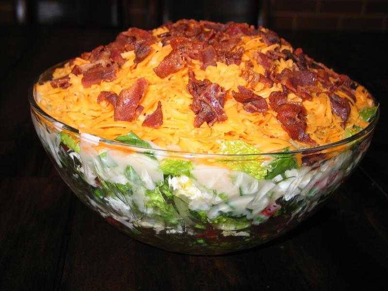 Знаменитый салат «любовница»: пять вариантов закуски в одном месте