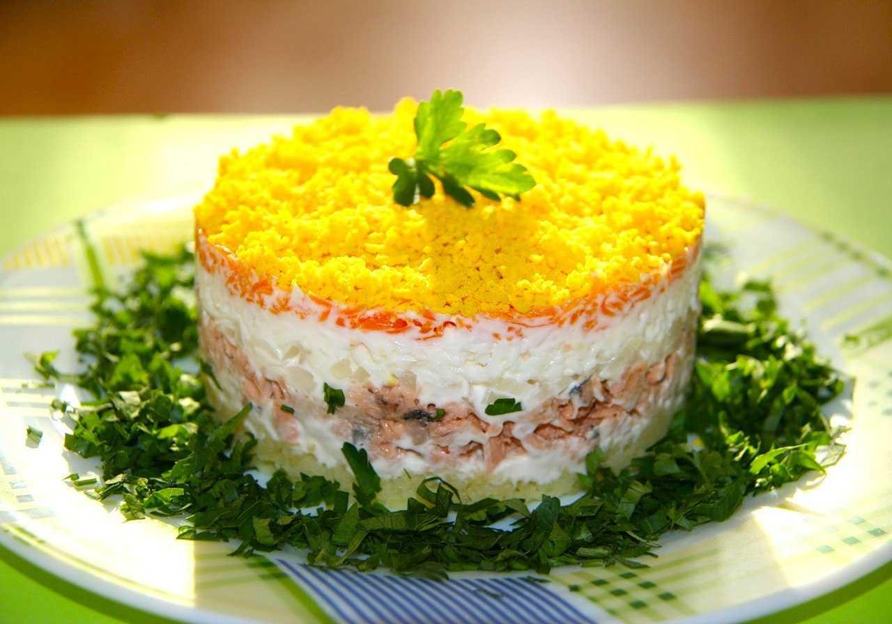 Салат мимоза с консервированным лососем рецепт с фото пошагово - 1000.menu