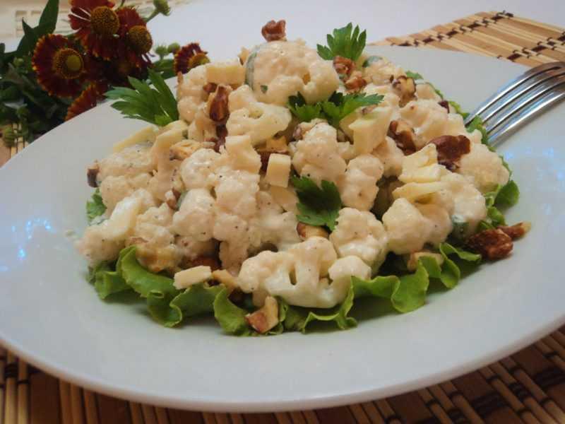 Салат из свежей свеклы и яблок с грецкими орехами