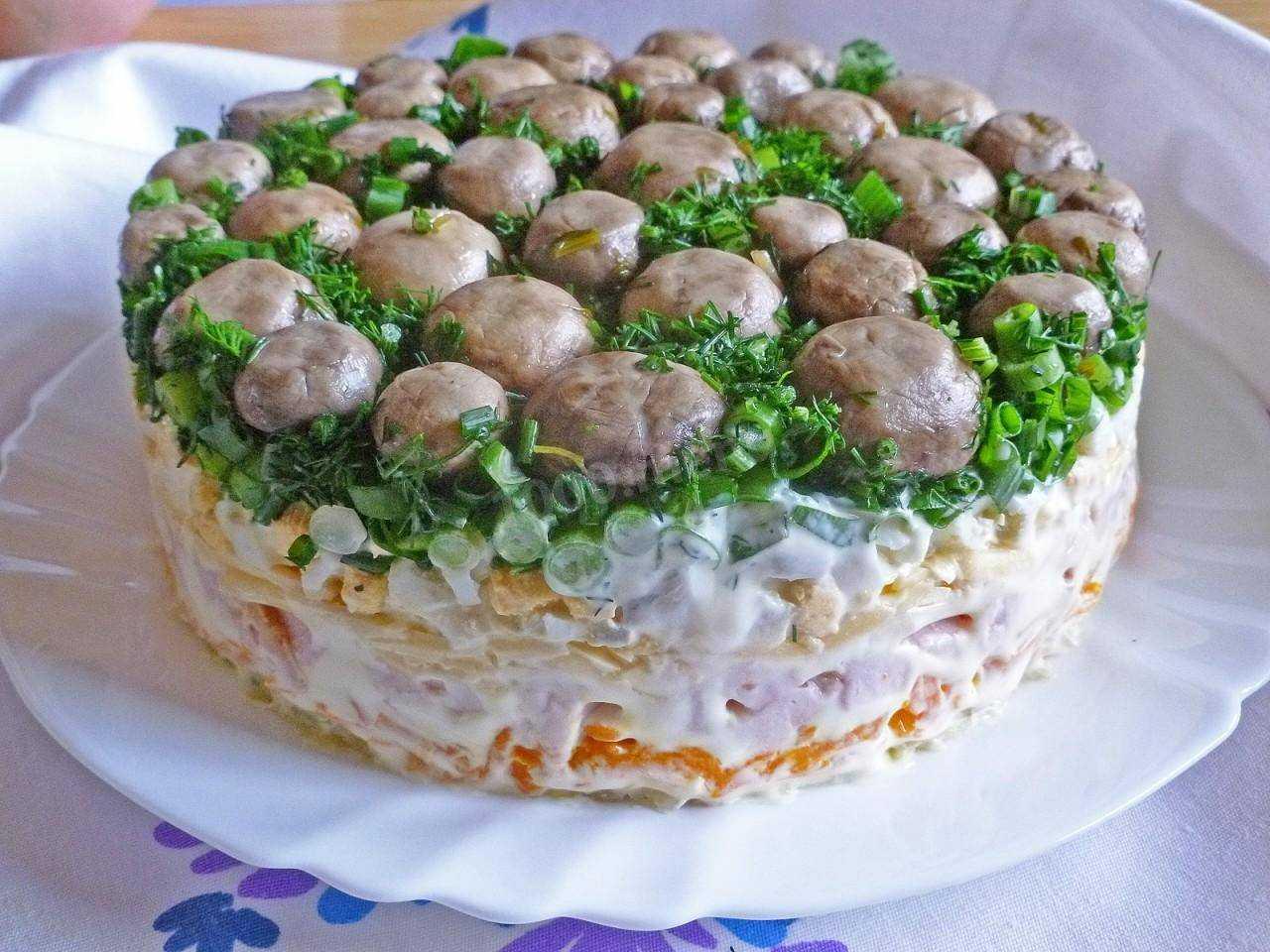 Салат с курицей и грибами жареными