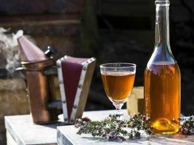 Рецепты приготовления медовухи на березовом соке: на забрусе, с пергой, с водкой. Варианты безалкогольных и алкогольных напитков. Правила хранения.