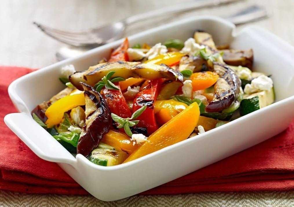 Теплый салат с баклажанами помидорами и сыром рецепт с фото пошагово и видео - 1000.menu