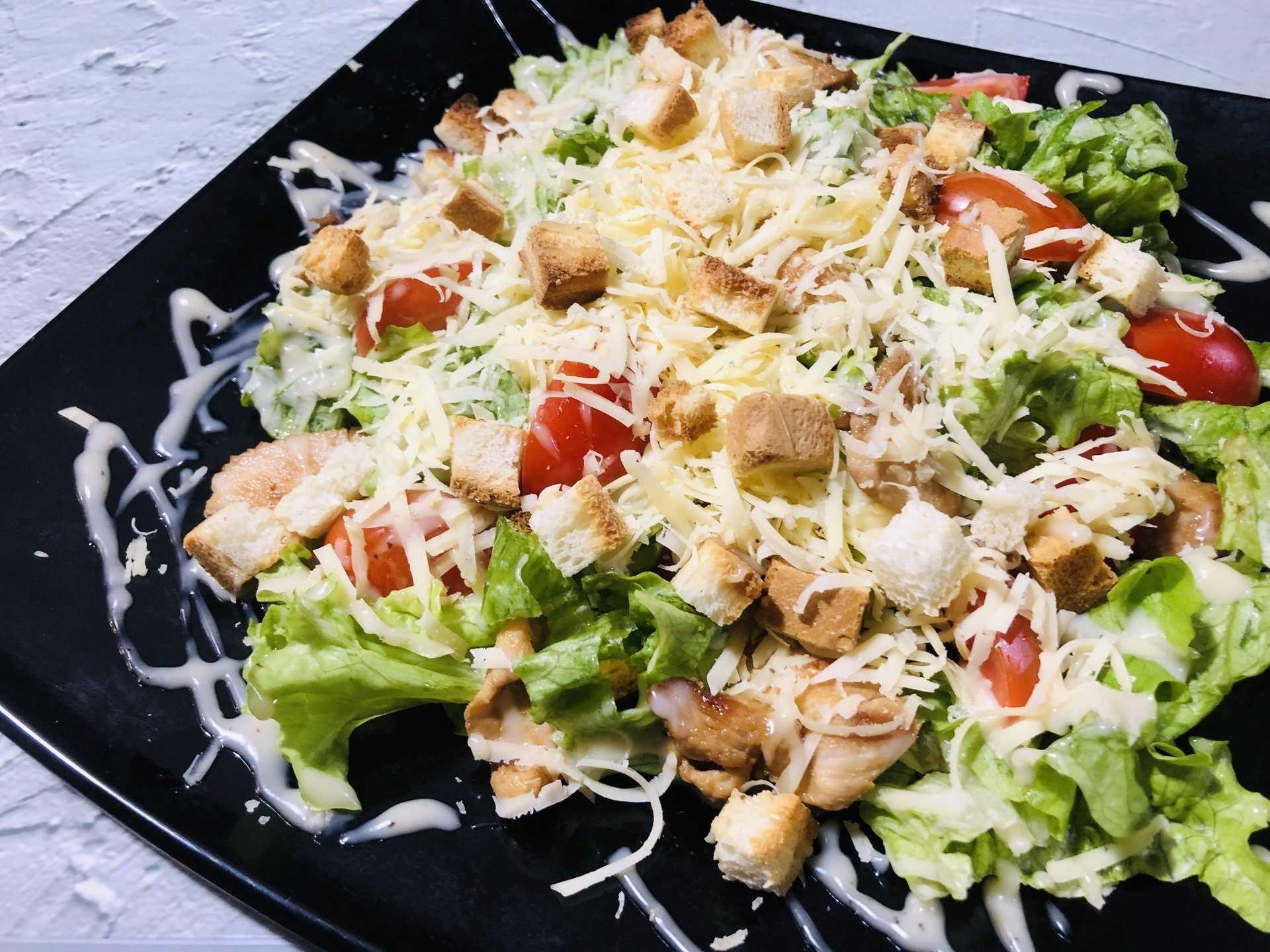 Салат цезарь с курицей, сухариками и помидорами - классический и не очень