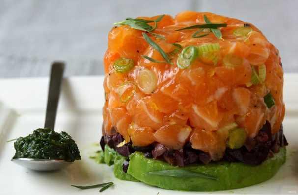 Тартар из лосося с авокадо: рецепты с добавлением различных продуктов, правила выбора ингредиентов, калорийность и способы оригинальной подачи на праздничный стол.