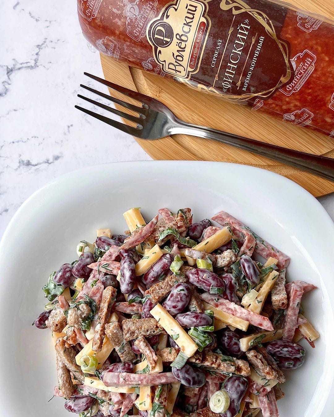Салат с фасолью, помидорами черри и сырокопченой колбасой