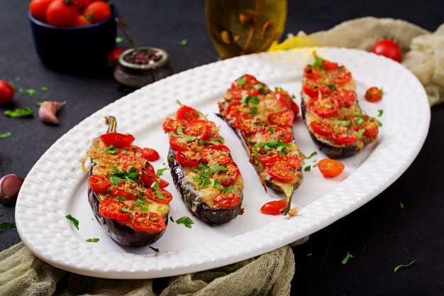 Баклажаны с моцареллой и помидорами, запеченные в духовке