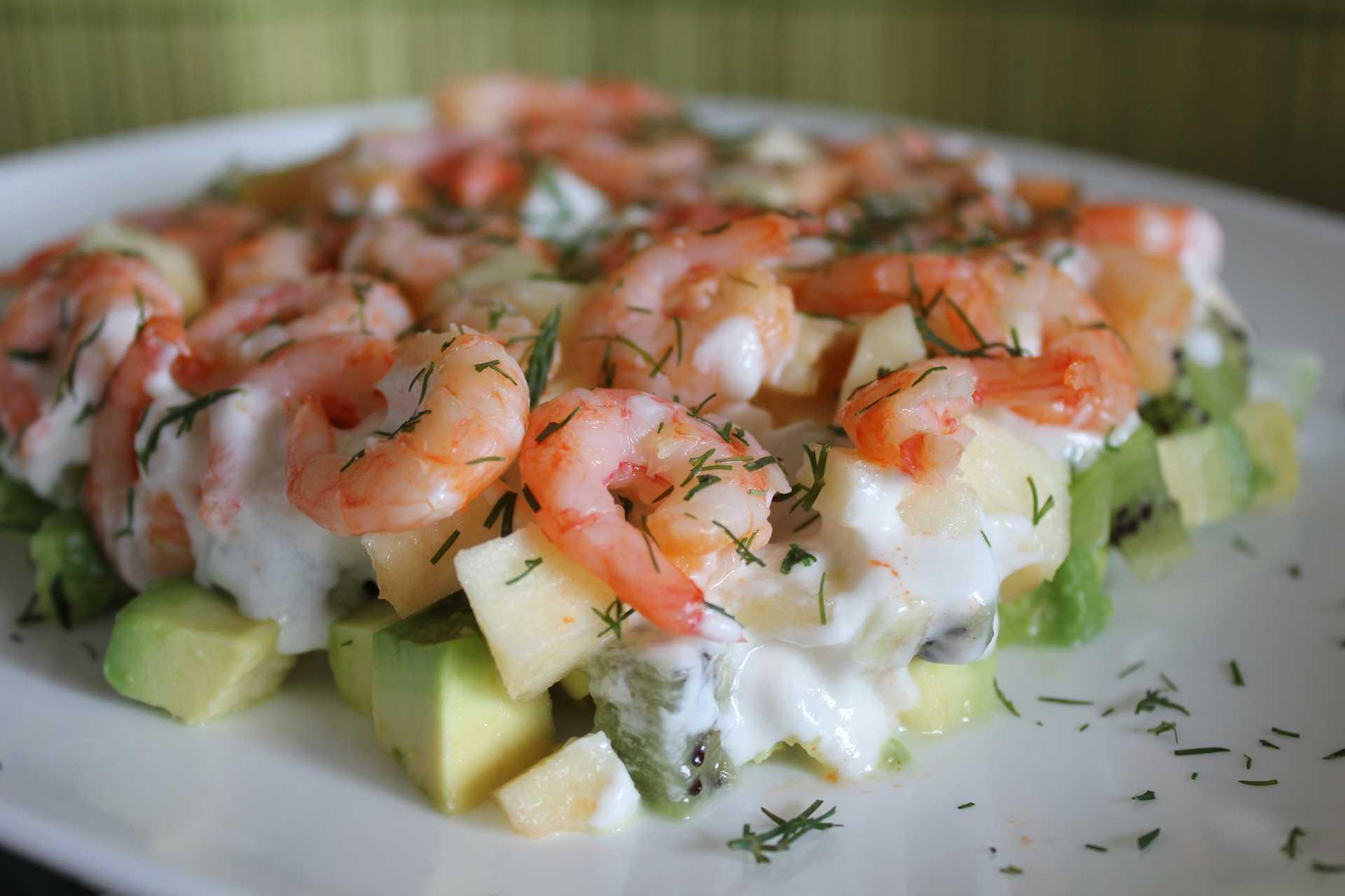 Салат с красной рыбой и креветками слоями
