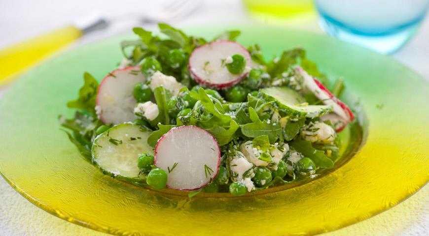 Салат с зелёным горошком яйцом и огурцом