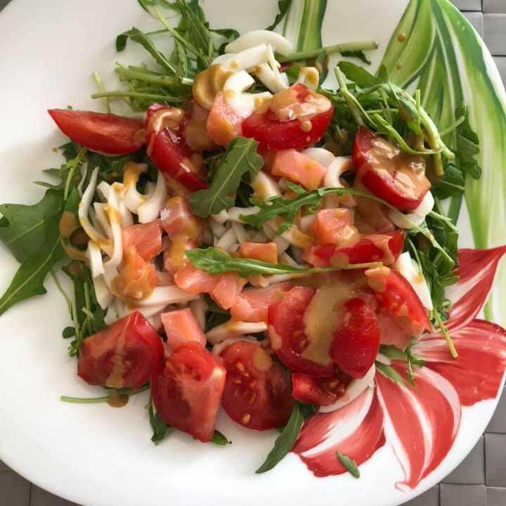 Вкуснейший салат с кальмарами и авокадо на праздничном столе