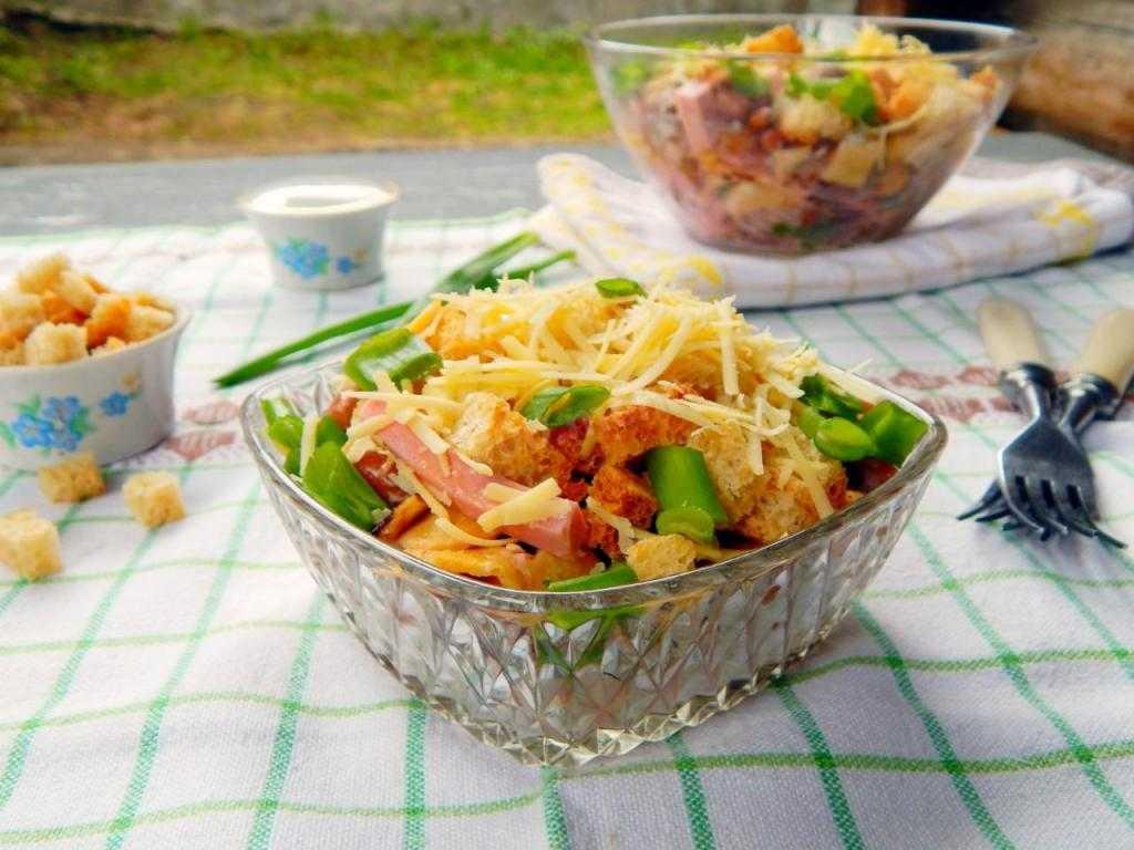 Салата с фасолью, сухариками и копченой колбасой - рецепт с фото пошагово