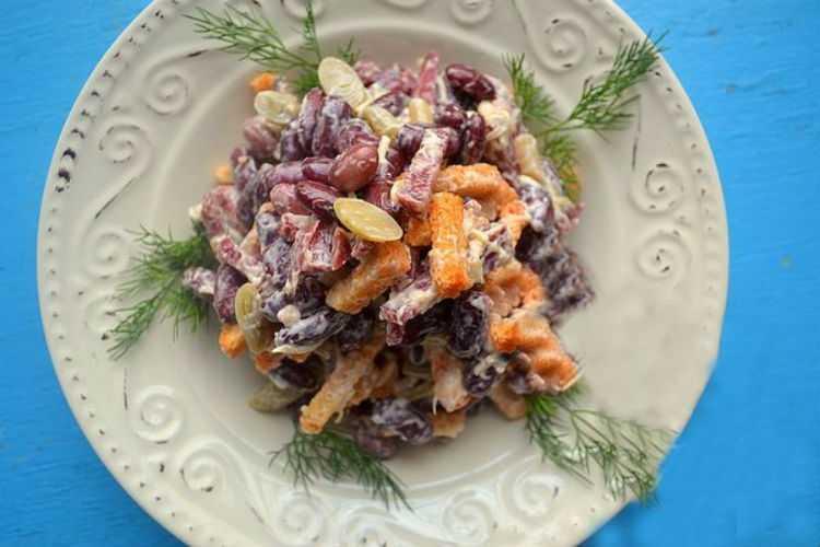 Салат с сухариками, фасолью и колбасой: рецепты с фото пошагово