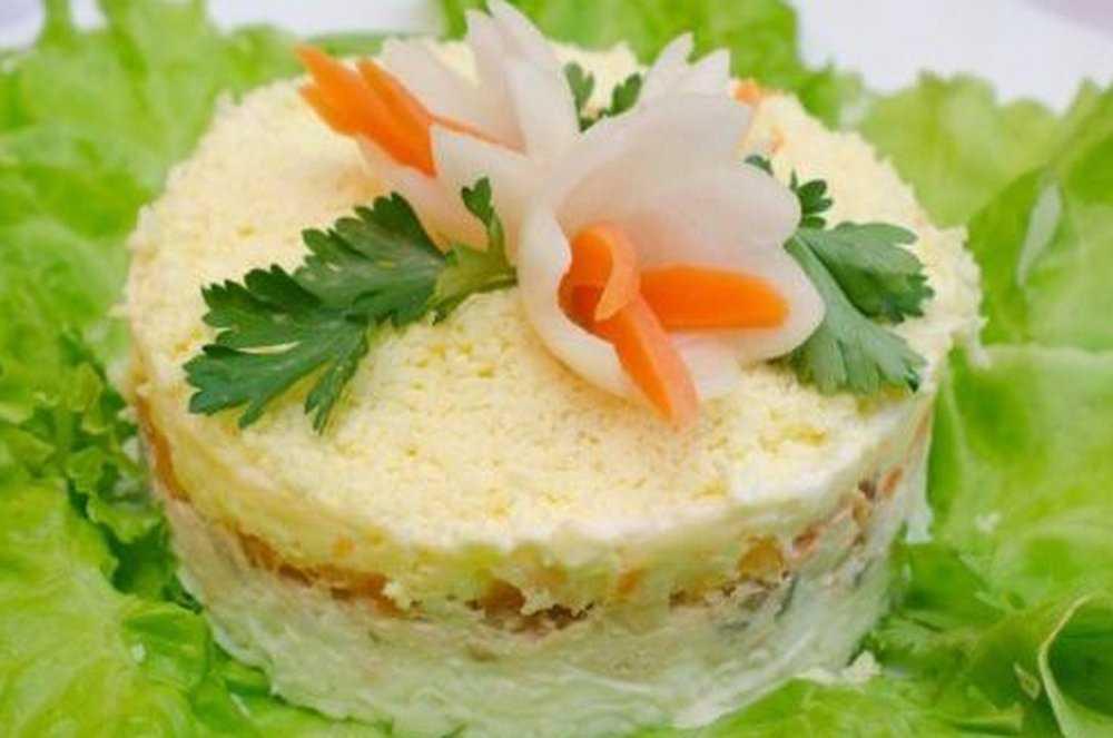 Салат с соленой форелью с помидорами и гренками - самый вкусный рецепт