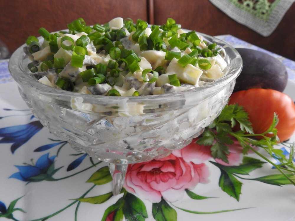 Салат с жареными шампиньонами и огурцами