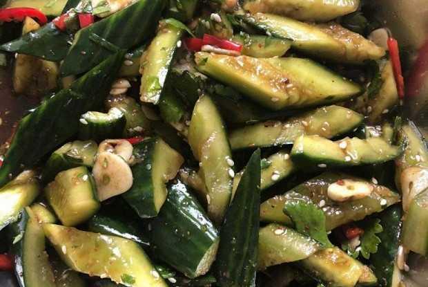 Салат битые огурцы рецепт с фото - 1000.menu