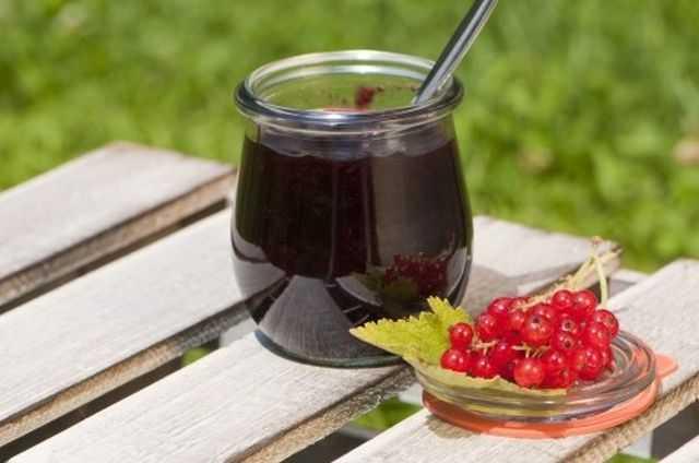 Варенье из красной смородины: особенности и варианты приготовления полезного лакомства