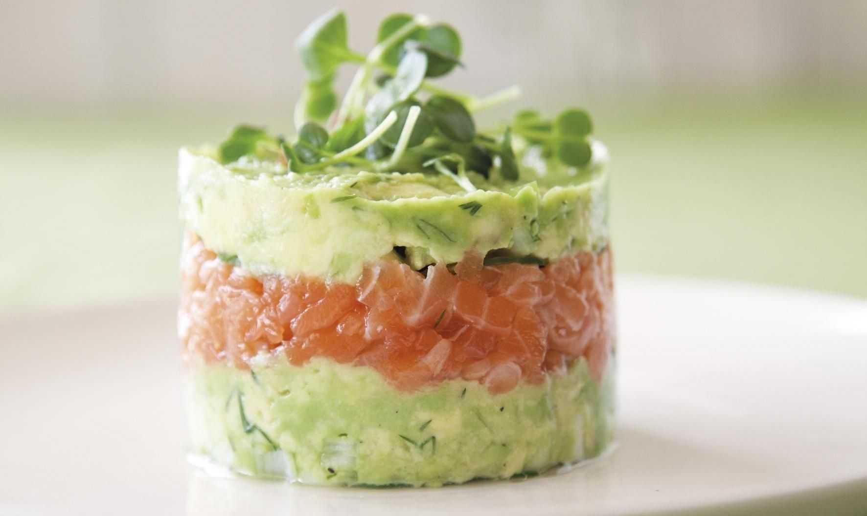 Салат из форели слабосоленой. рецепты с огурцом, яйцом, авокадо, сыром, помидорами, творогом, рукколой