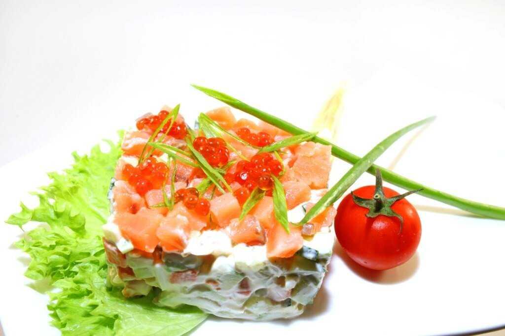 Салат из форели соленой. салат со слабосоленой форелью, огурцом и сыром