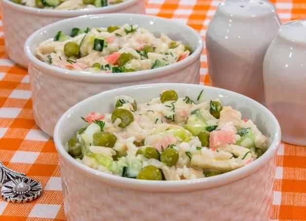 Салат с зеленым горошком и солеными огурцами