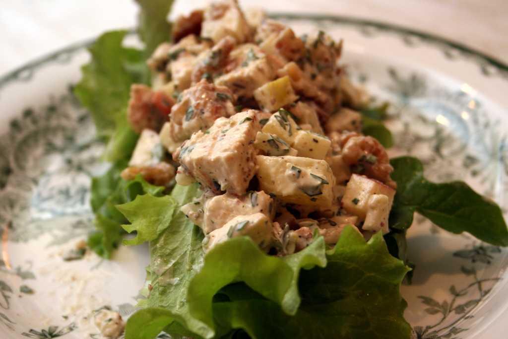 Салат с копченой курицей помидором сыром кукурузой
