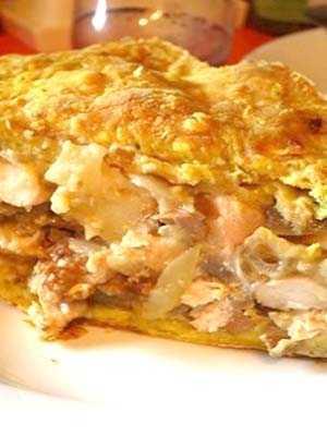Пирог из слоеного теста с курицей, с грибами, сыром, сочный
