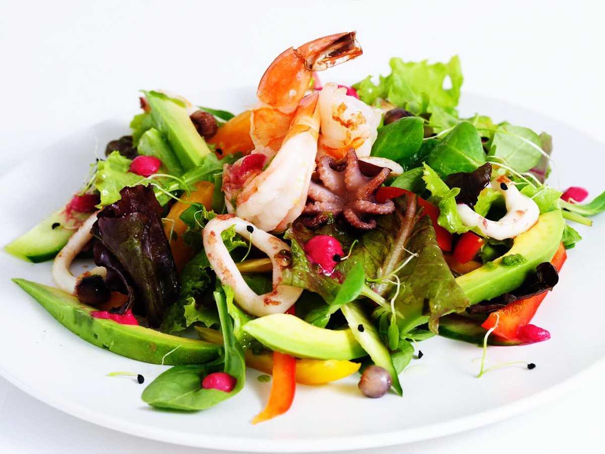 Теплый салат с креветками и помидорами - шедевр вкуса
