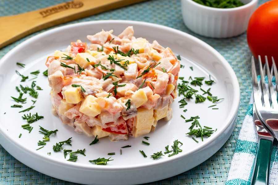 Салат с помидорами, сыром и яйцами