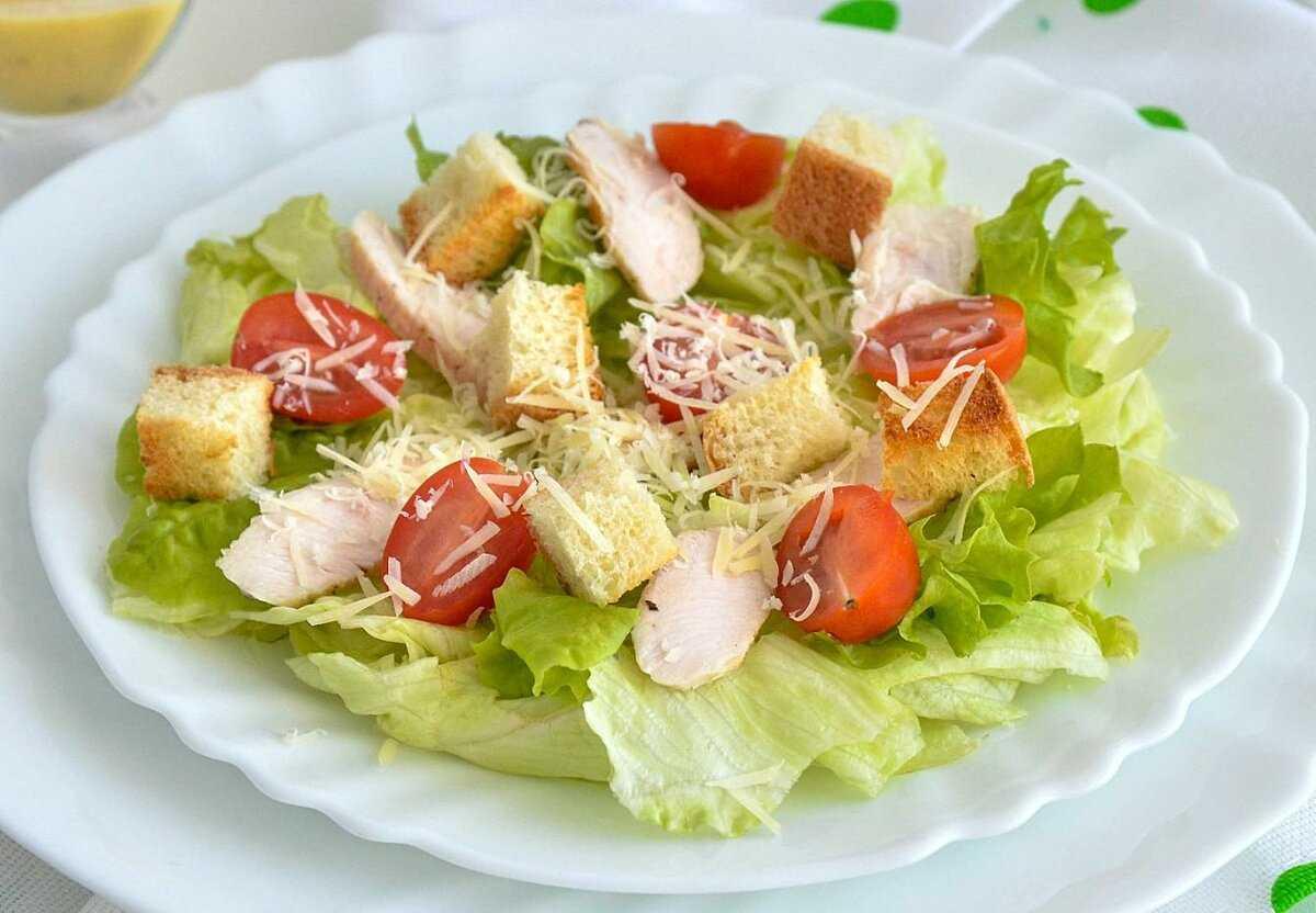 Сама лаконичность или как делать салат цезарь с курицей и соусом